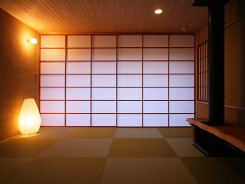 Damit Das Haus Möglichst Wind Durchlässig Für Die Heißen Japanischen Sommer  Ist, Verwendet Man Halbdurchsichtige Schiebetüren, Die Zudem Gegen Blicke  Von ...