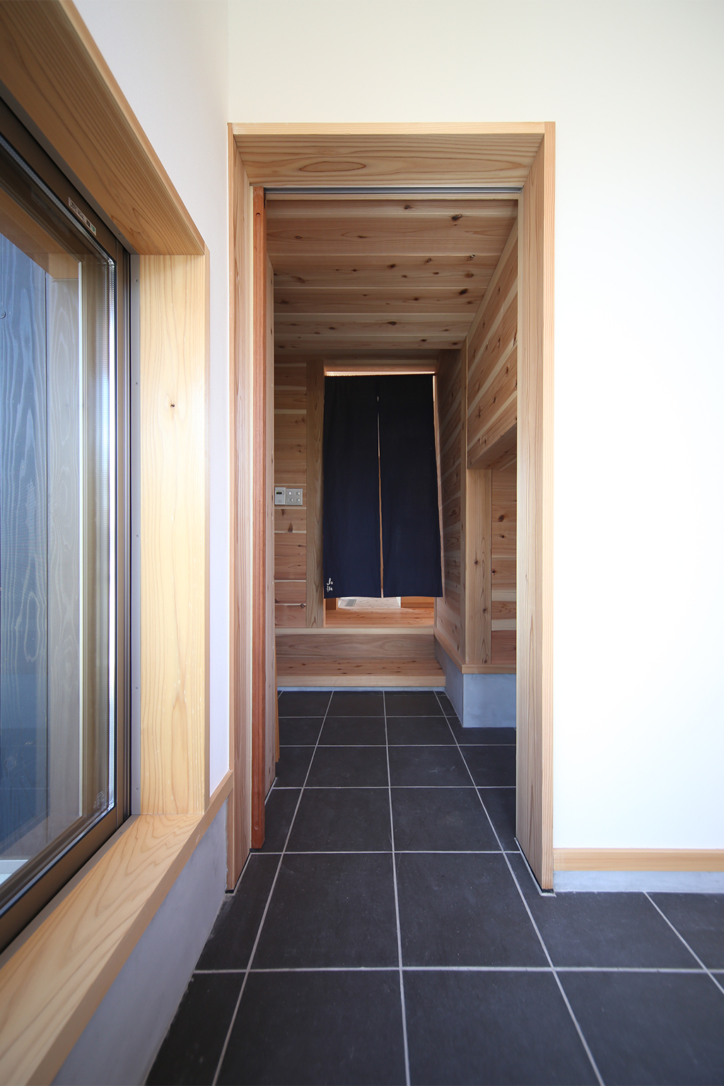 姫路市の木の家 土間で用途が広がる玄関と内玄関