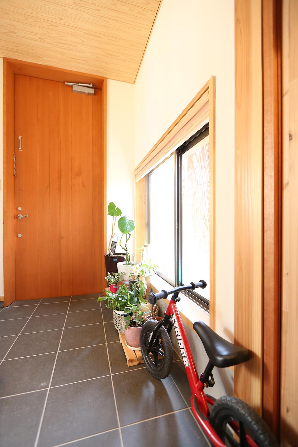 姫路市の木の家 自転車も置ける土間玄関