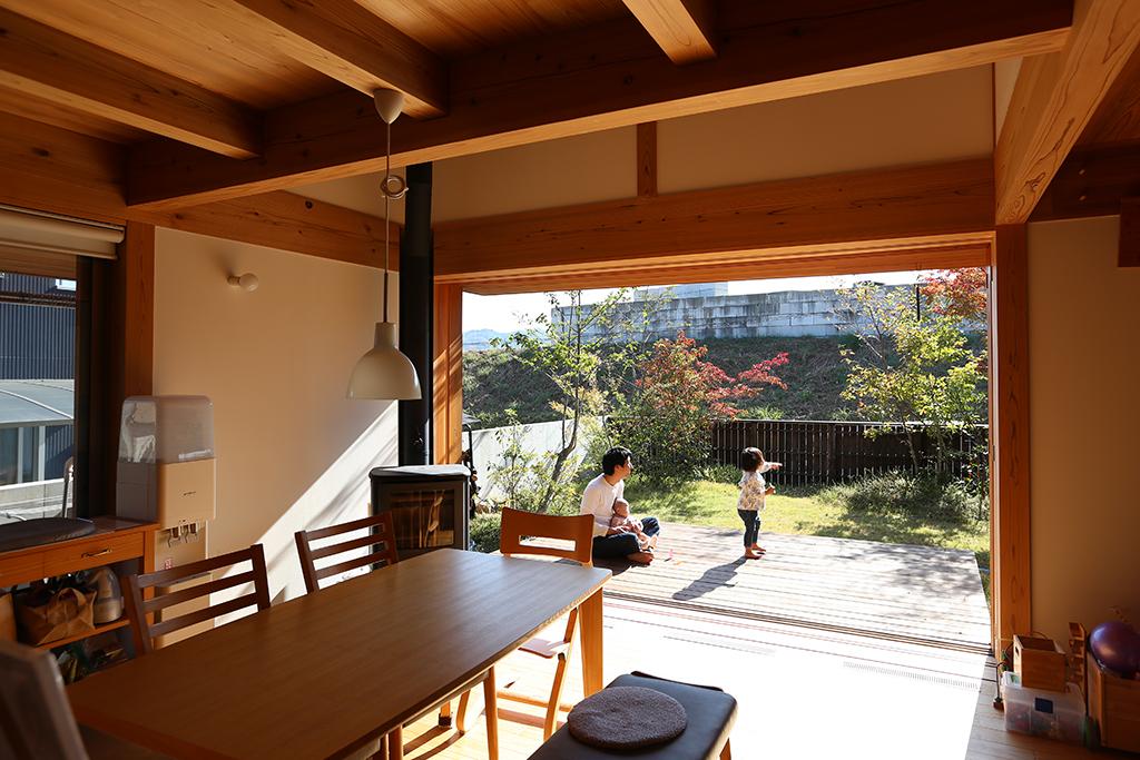 家カフェデッキ 屋内から庭を望む写真