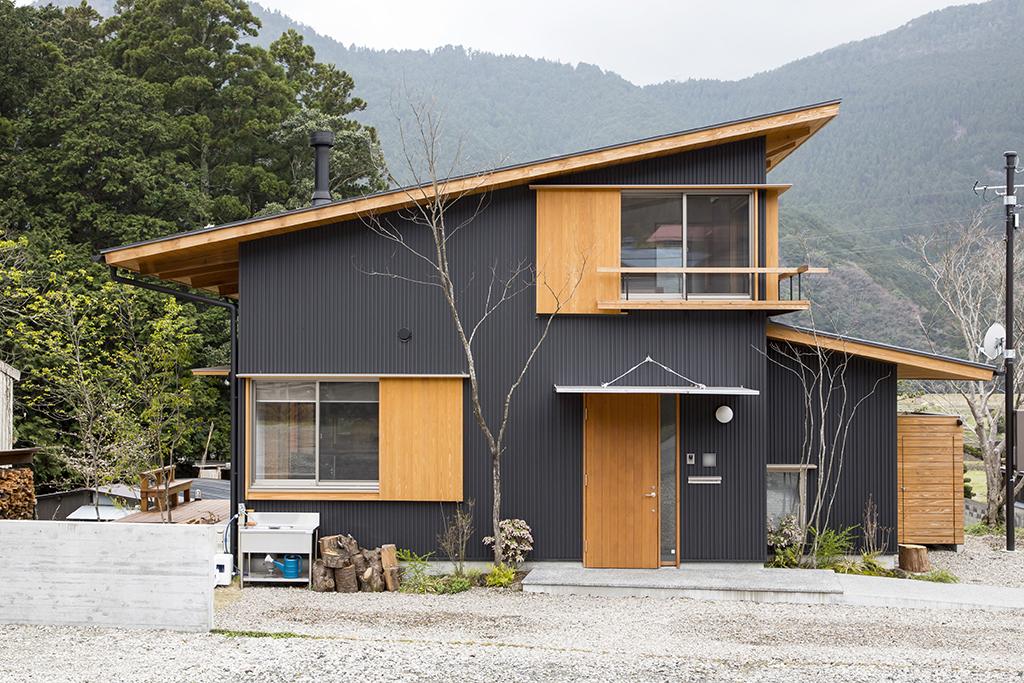 宍粟市の木の家 ガルバリウム鋼板張りの外観