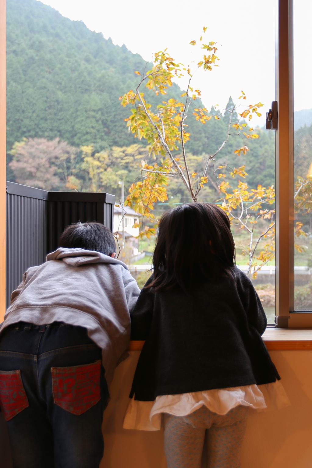 『お帰りキッチン』2階窓から景色を眺める
