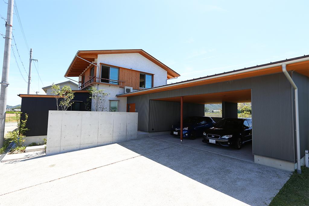 洲本市の木の家 ガレージのある外観