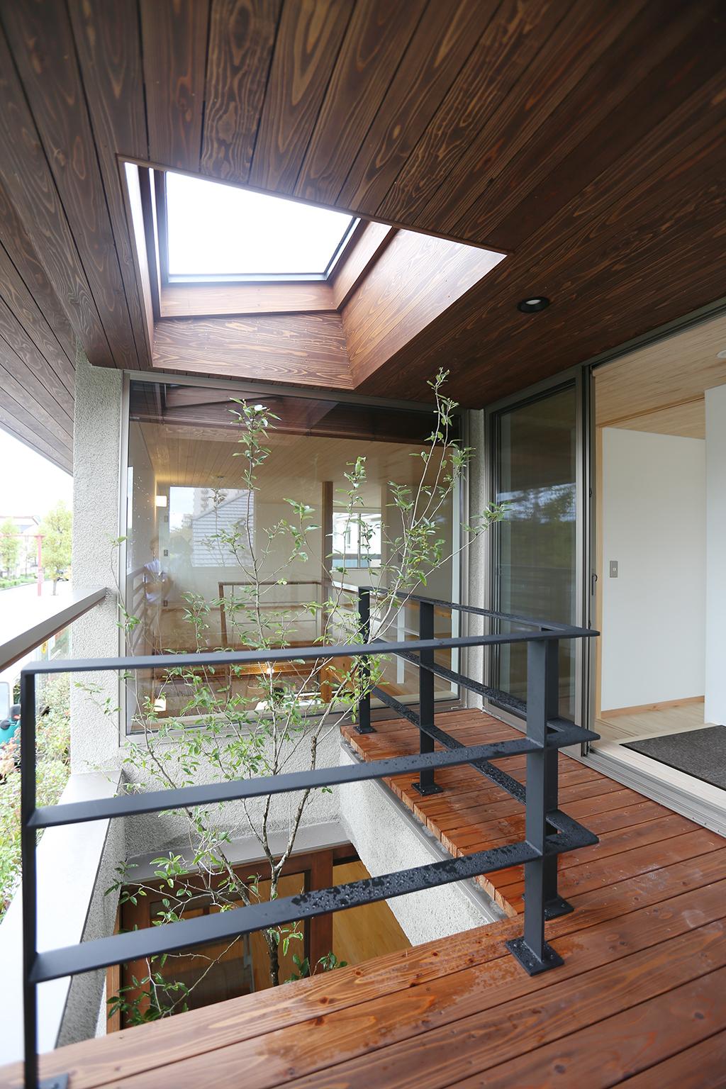 三田市の木の家 光の降り注ぐベランダデッキ