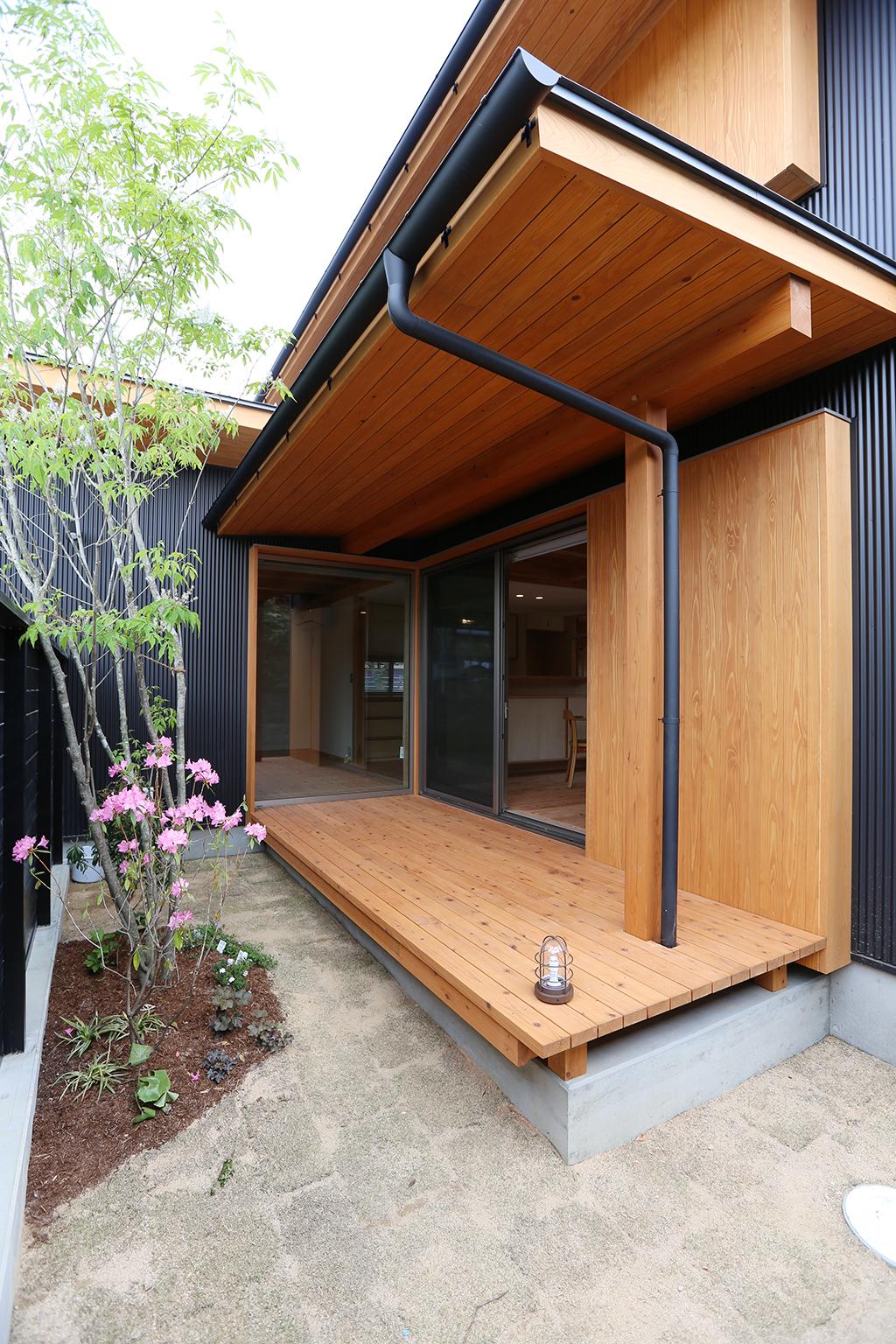 三木市の木の家 屋根のあるウッドデッキ