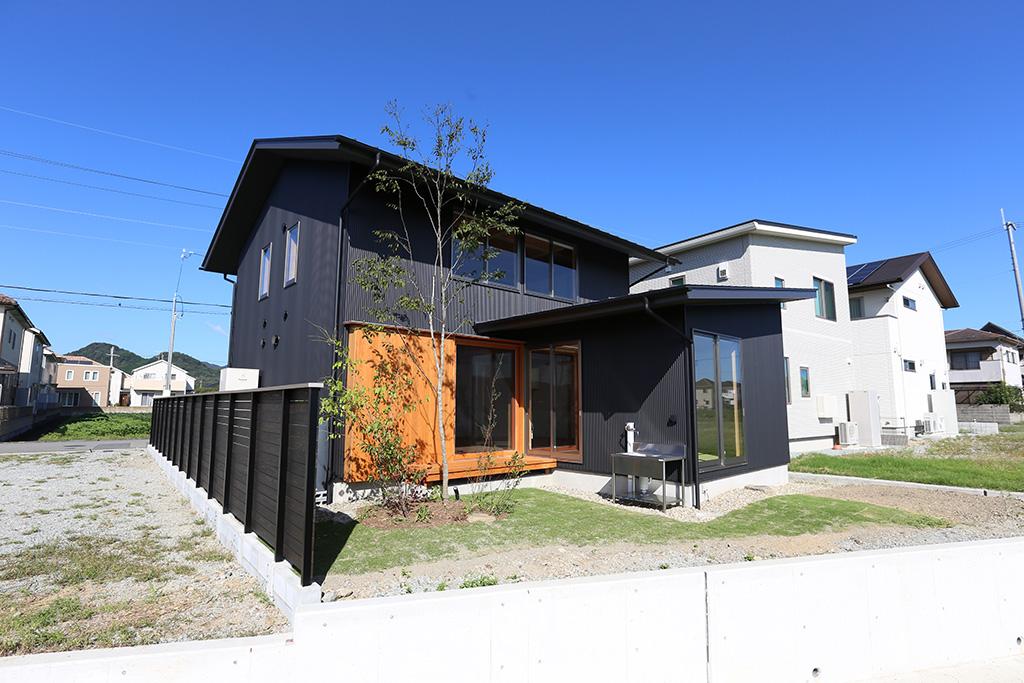 姫路市の木の家 黒のガルバリウム鋼板張りの外壁がかっこいい外観
