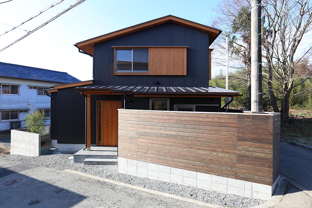 神崎郡の木の家 ガルバリウム鋼板張りの外観