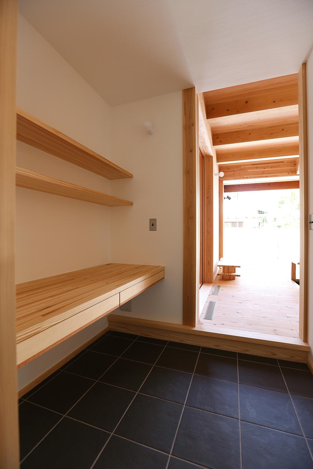姫路市の木の家 キッチン脇の家事コーナー