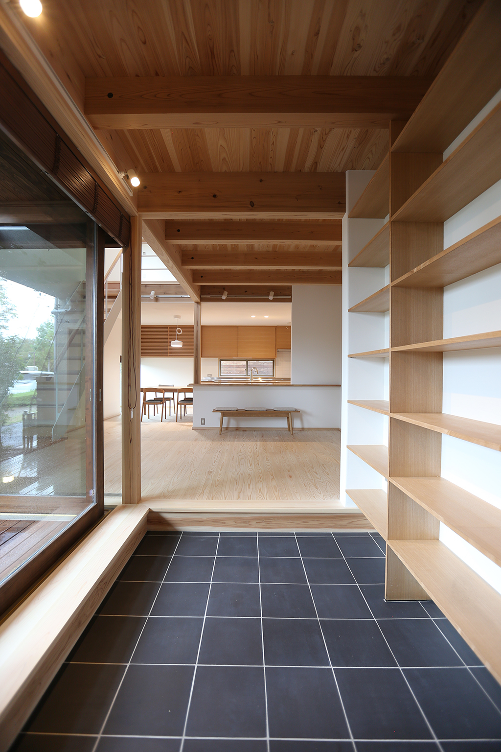 三田市の木の家 本棚のある玄関ホール