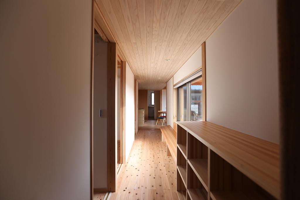 姫路市の木の家 読書を楽しむ広い廊下