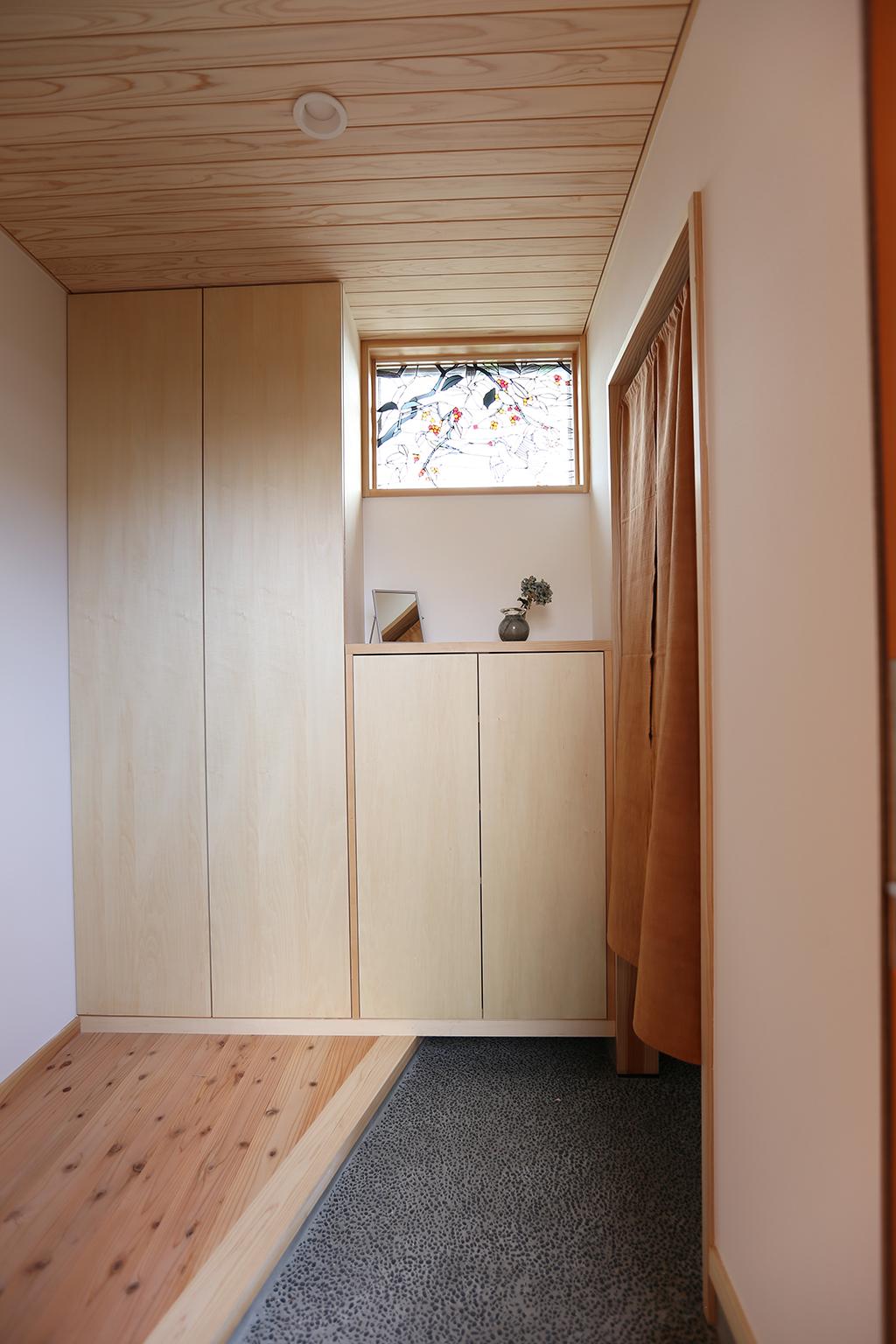 姫路市の木の家 お気に入りのステンドグラスをはめ込んだ玄関