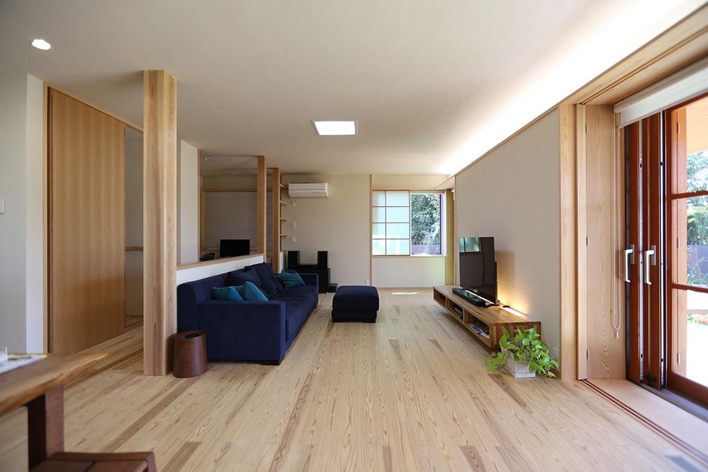 洲本市の木の家 ダイニングからリビングを見通す
