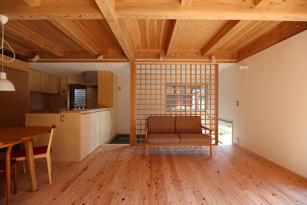 姫路市の木の家 リビングから籠もり部屋を見通す