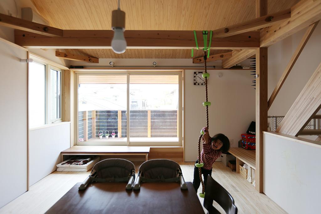 高砂市の木の家 2階リビングダイニングで遊ぶお子さん