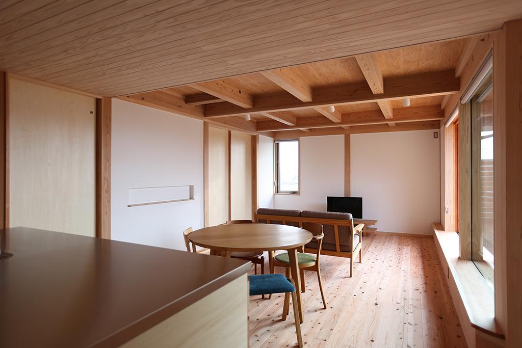 姫路市の木の家 キッチンからリビングダイニングを見る