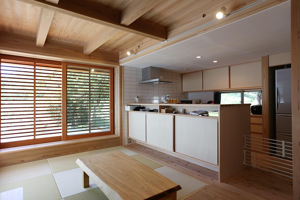 神崎郡の木の家 畳リビングと大容量の収納のあるキッチン