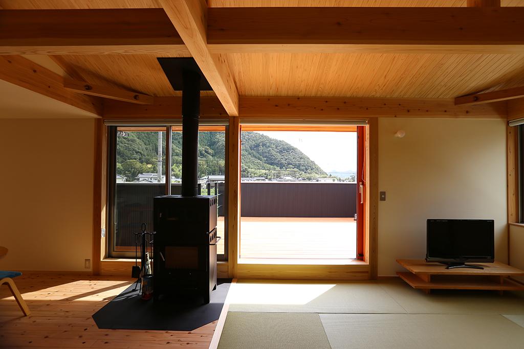 宍粟市の木の家 2階の畳リビングからデッキ越しに山景を望む
