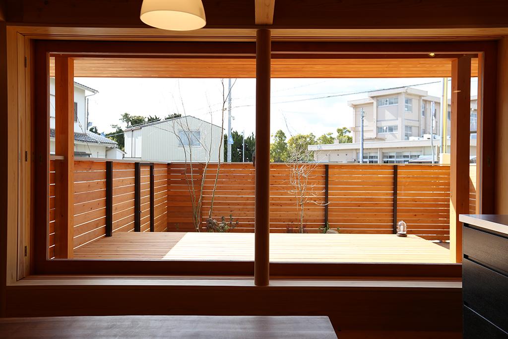 加古川市の木の家 リビングとつながるウッドデッキ