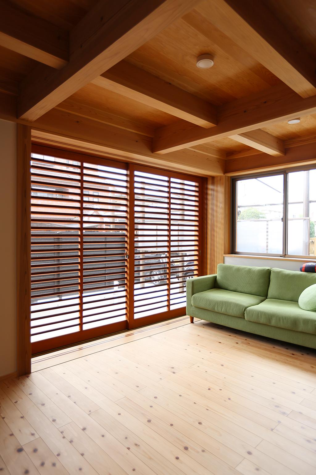 たつの市の木の家 引き込み出来るオリジナルの網戸兼雨戸