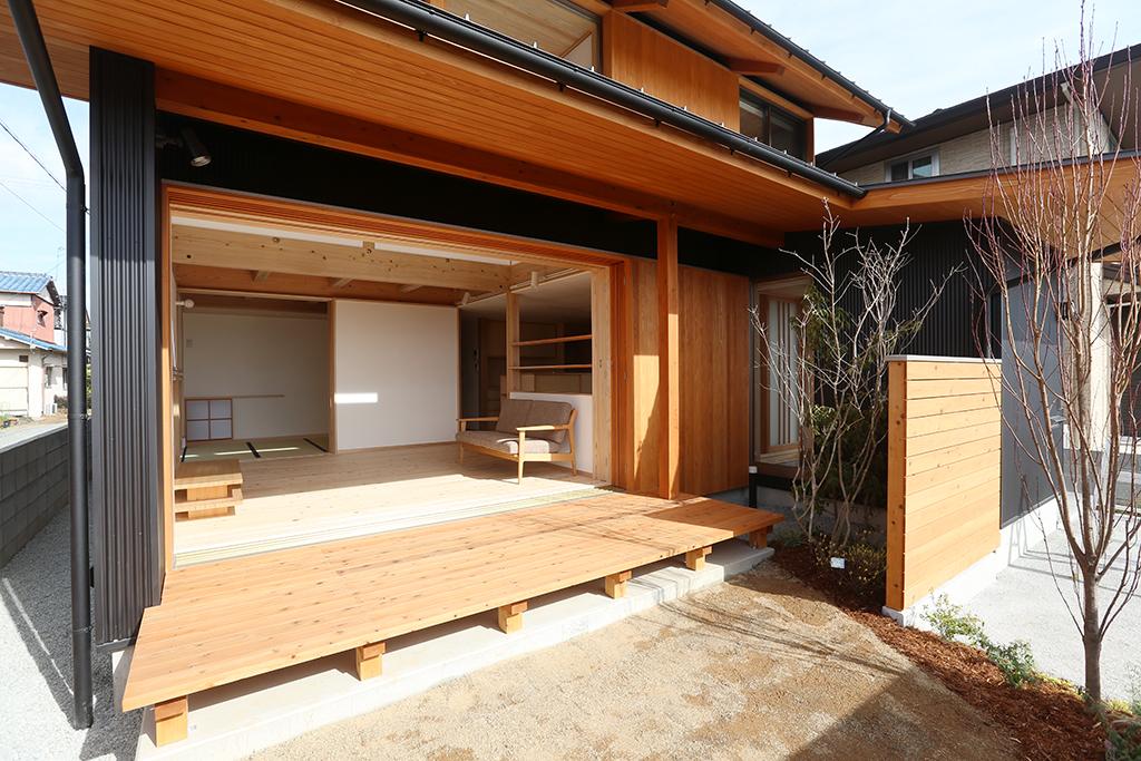 姫路市の木の家 庭から室内を見通す