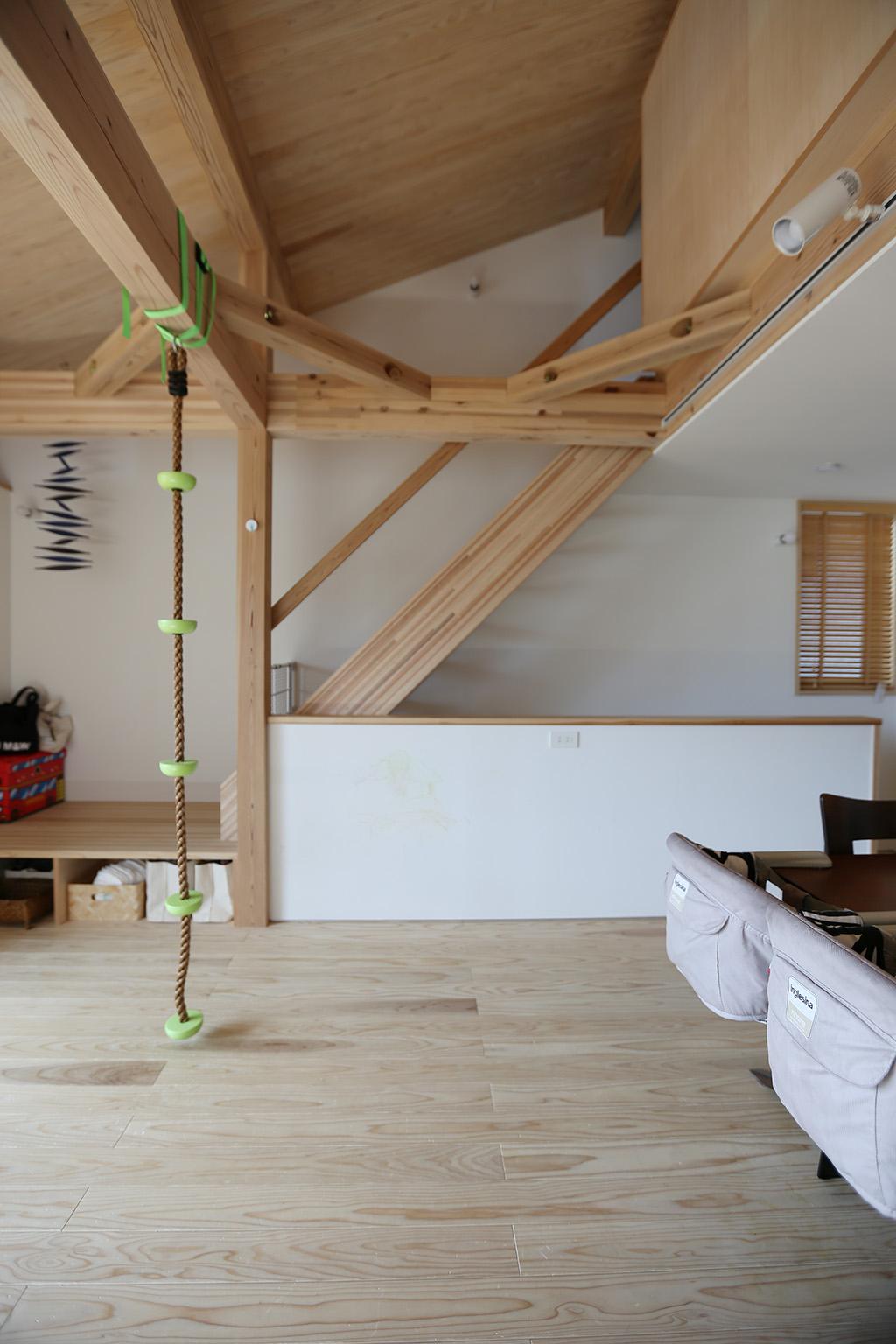 高砂市の木の家 勾配天井を活かしたロフトへ続く階段
