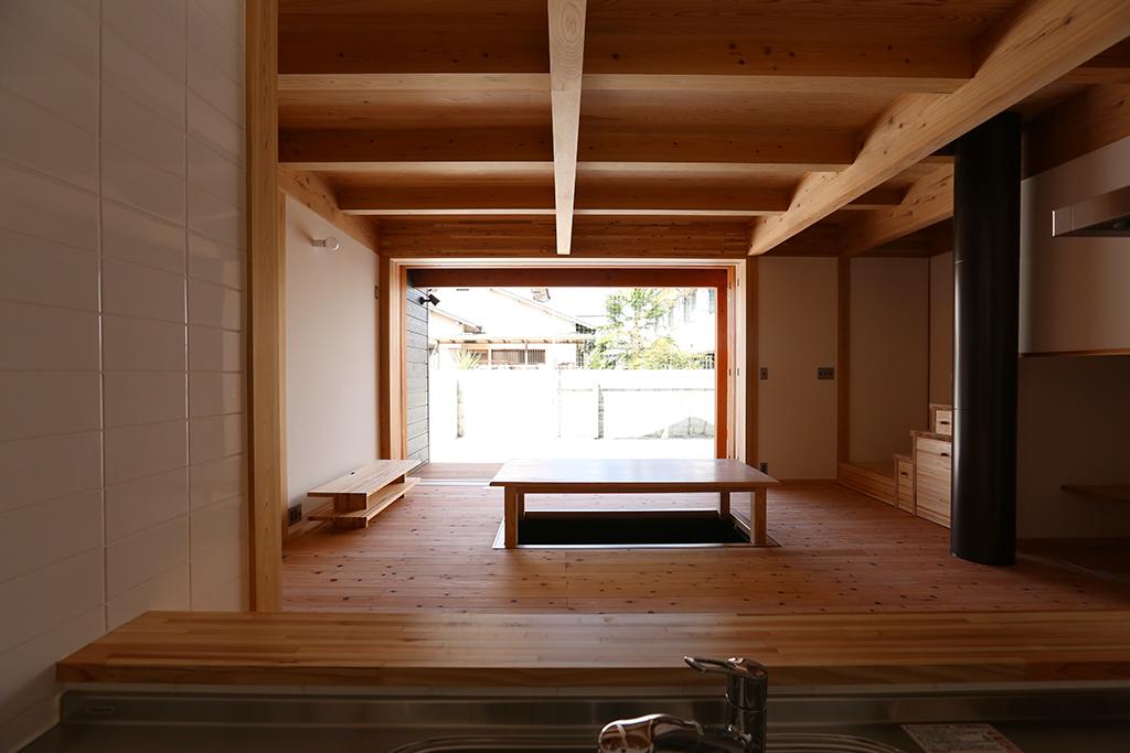姫路市の木の家 キッチンから掘りごたつのあるリビングを見通す