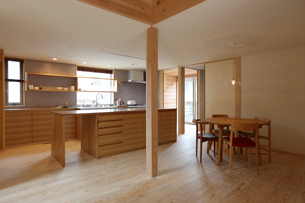 加古川市の木の家 リビングからキッチンを見る