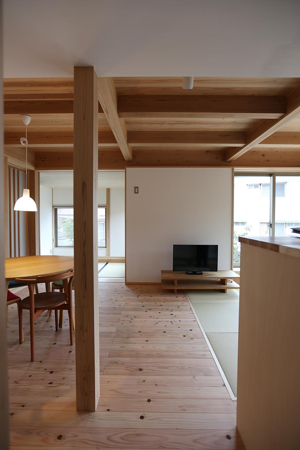 神崎郡の木の家 将来の予備室を備えたリビングダイニングキッチン