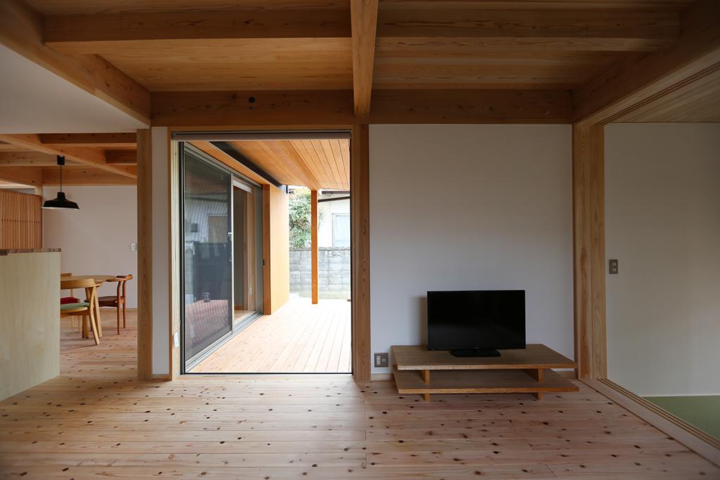 三木市の木の家 ウッドデッキともつながるリビング