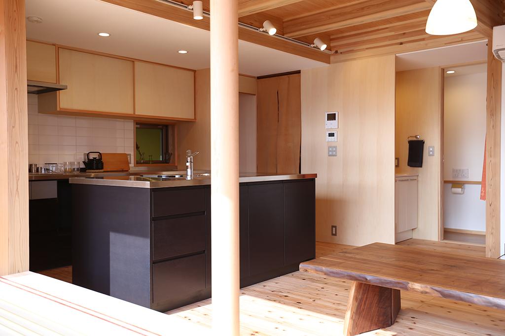 加古川市の木の家 デッキから室内を見る