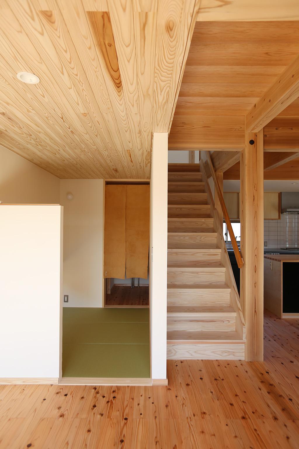 加古川市の木の家 リビング脇に設けた畳の小部屋