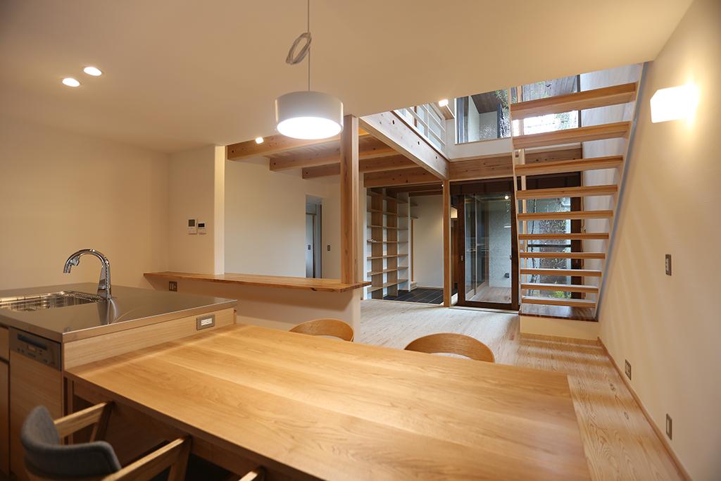 三田市の木の家 ダイニングよりリビングを見る