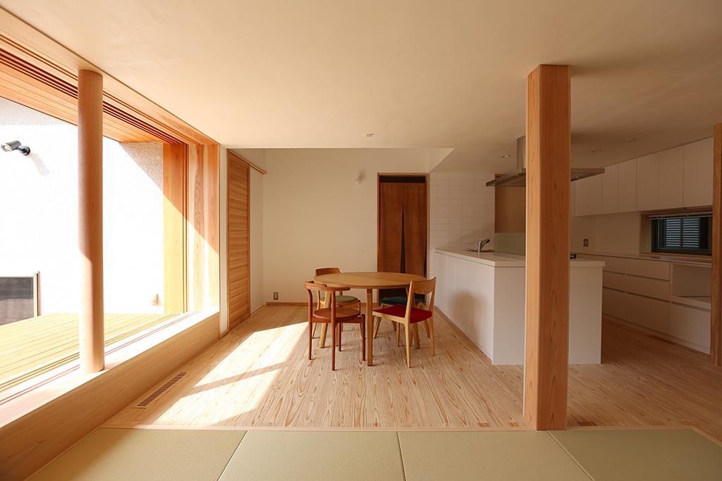 宍粟市の木の家 畳リビングからダイニングキッチンを見る