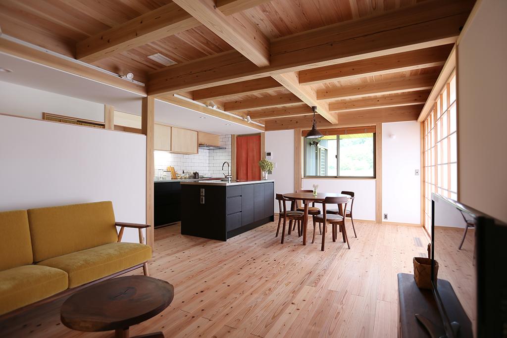 姫路市の木の家 リビングからDKを見る