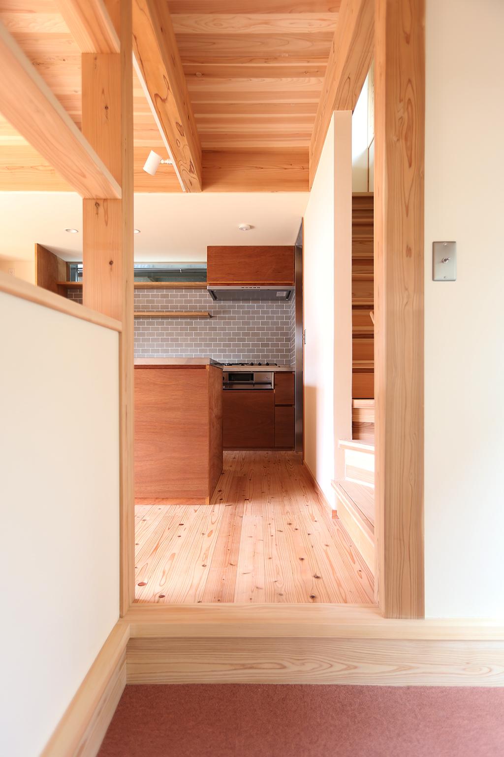 明石市の木の家 ピットリビングからキッチンを望む