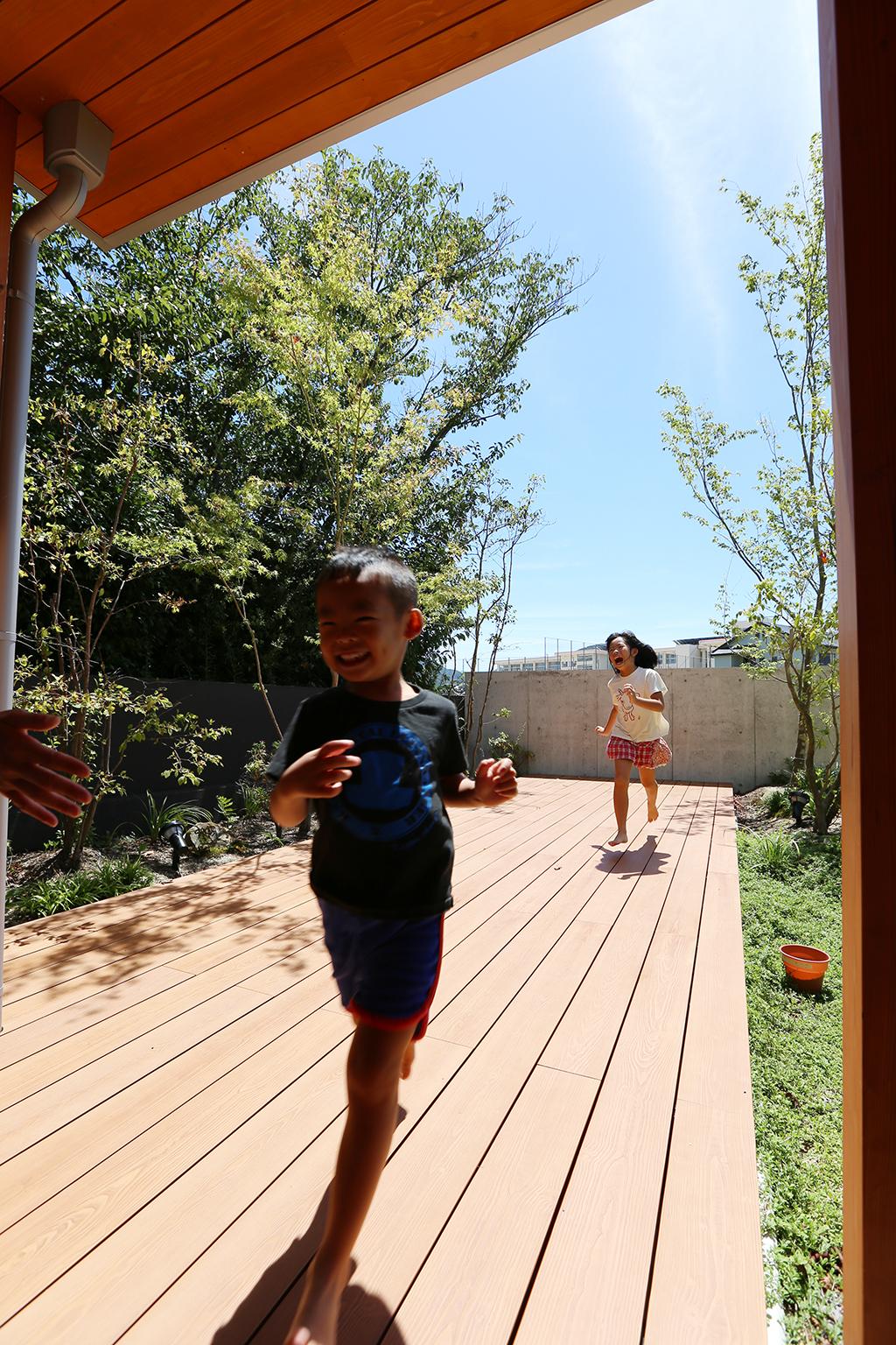 洲本市の木の家 ウッドデッキで遊ぶ子ども達