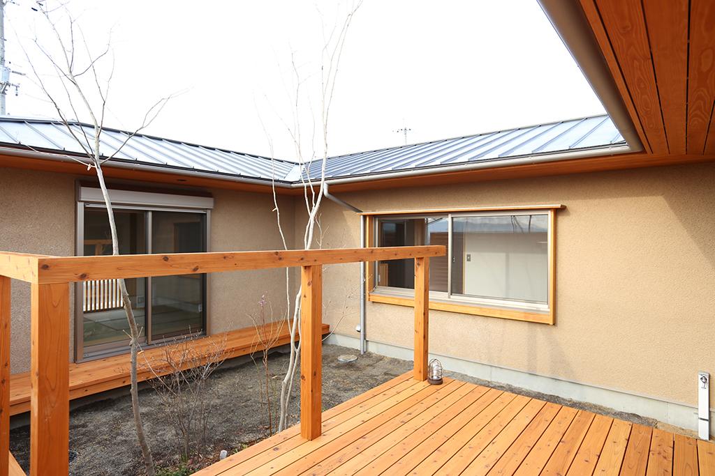 姫路市の木の家 リビングから中庭を通して寝室を見る