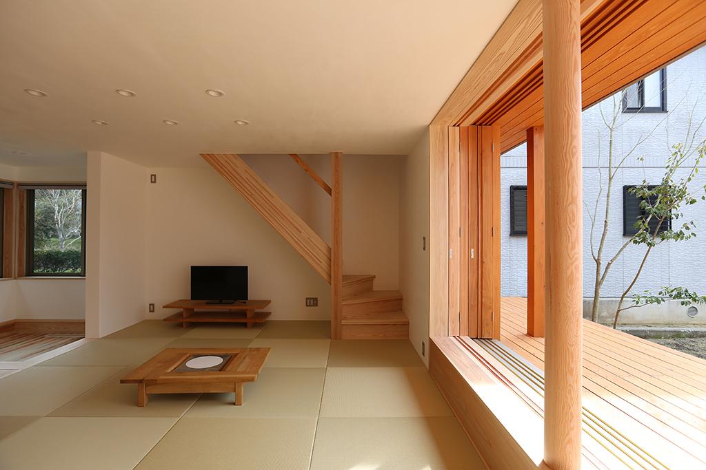宍粟市の木の家 ダイニングから畳リビングを見る