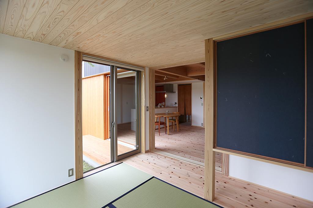 姫路市の木の家 和室からLDKを見る