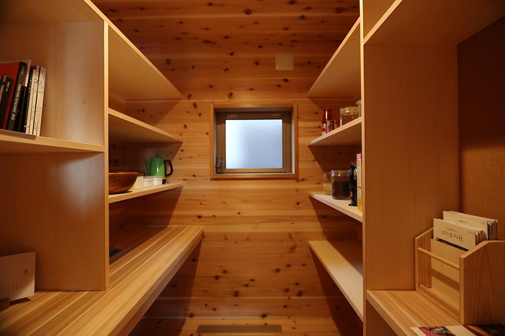 加古川市の木の家 キッチン脇に設けたパントリー収納