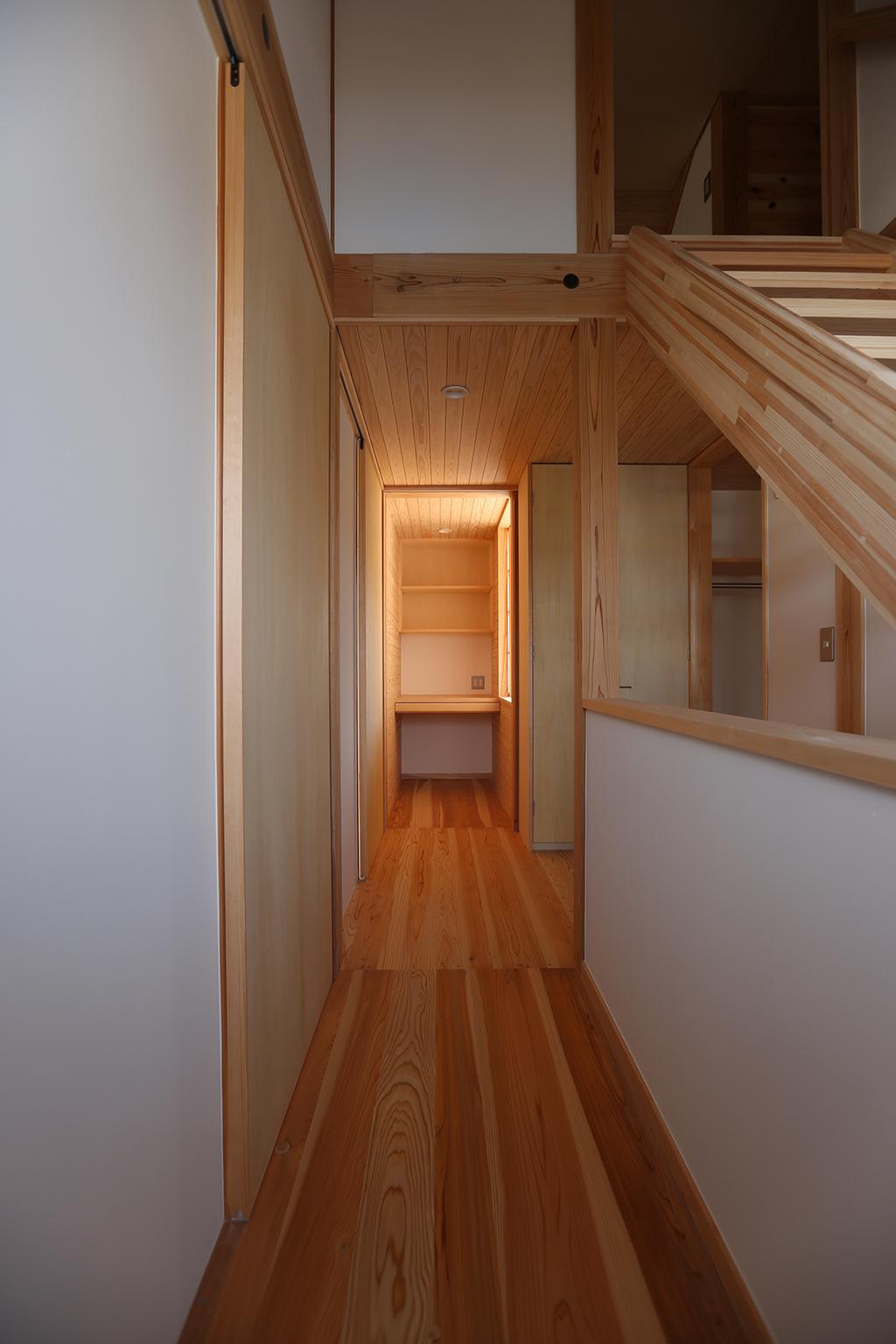姫路市の木の家 ホールの先に書斎を見る