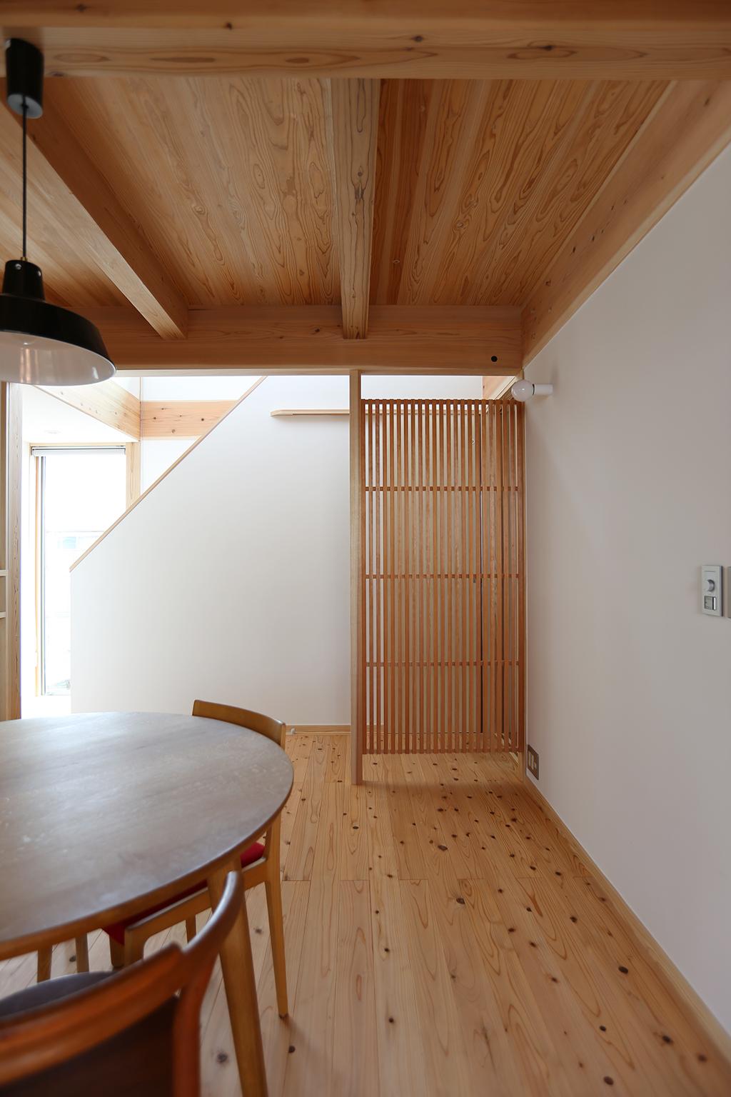三木市の木の家 ダイニングとトイレの間に設けた目隠しとなる格子