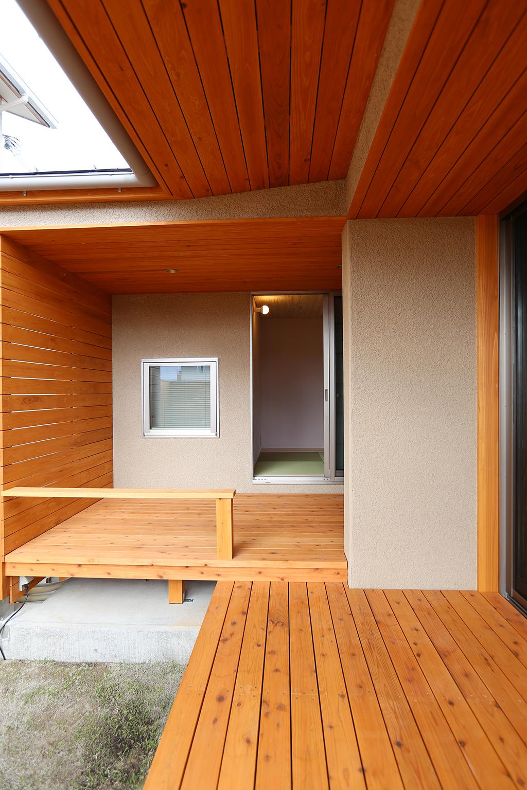たつの市の木の家 屋根のあるウッドデッキ