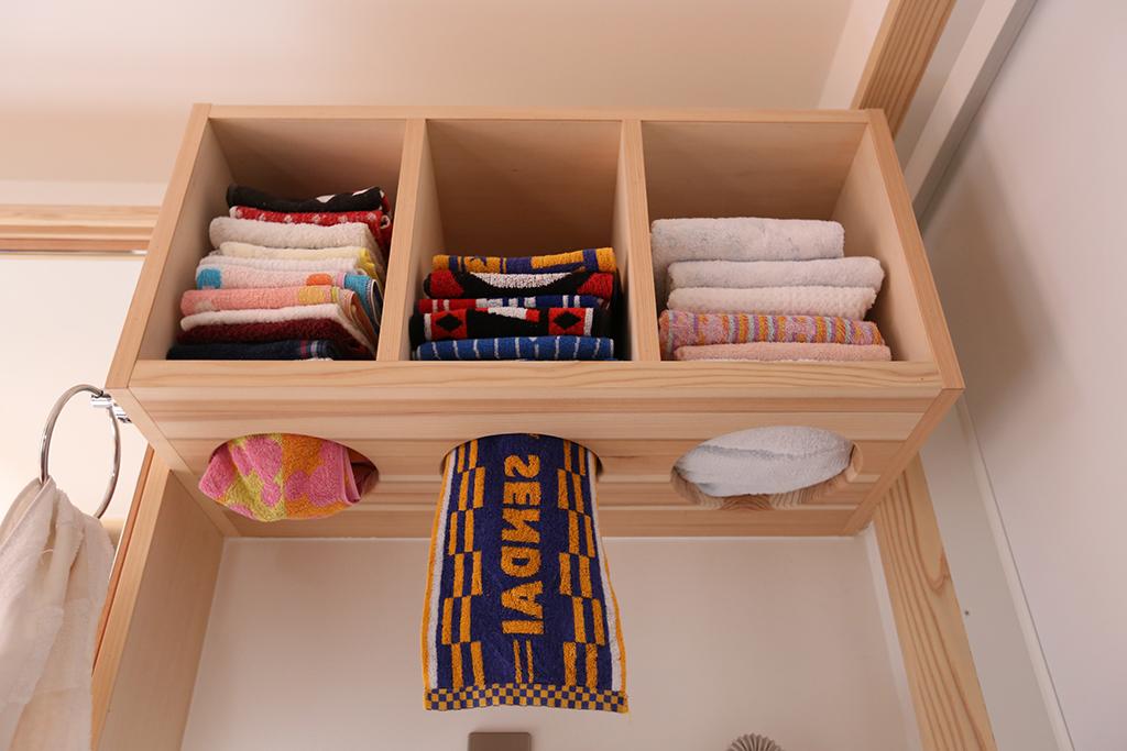 たつの市の木の家 脱衣室のお洒落なタオル置き