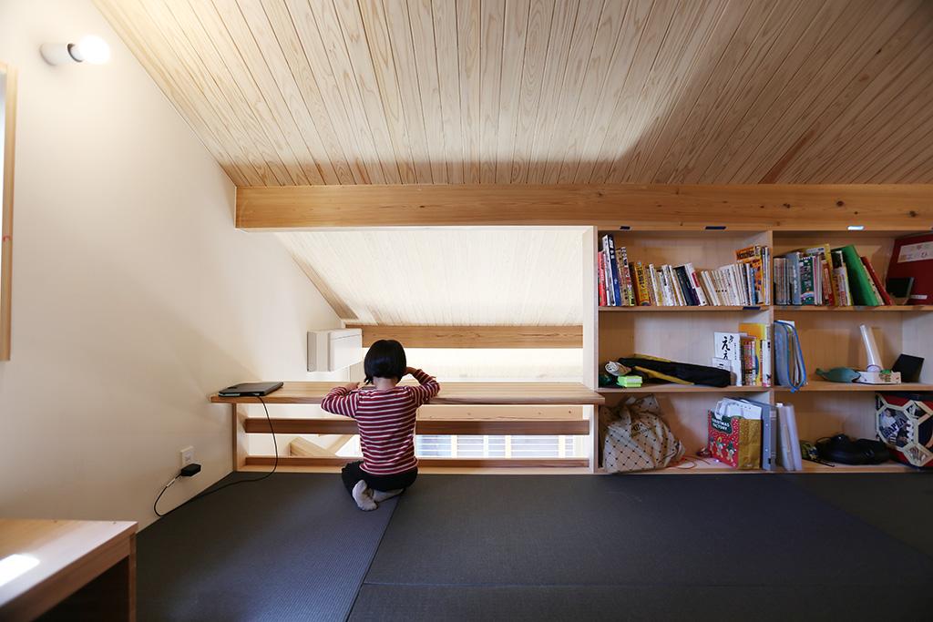高砂市の木の家 畳敷きのロフトから2階を見る