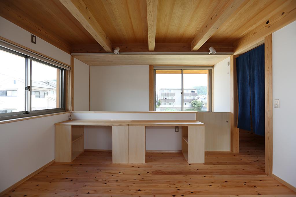 たつの市の木の家 フリールームに備え付けた勉強机