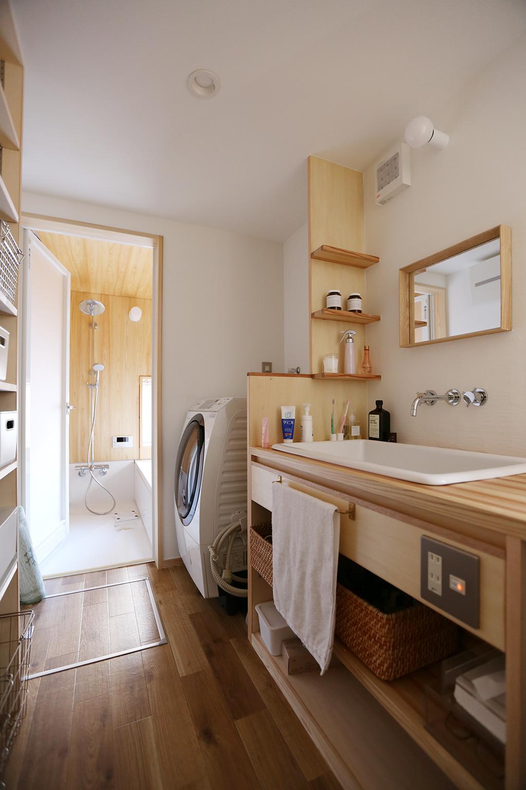 姫路市の木の家 洗面脱衣室と木の浴室