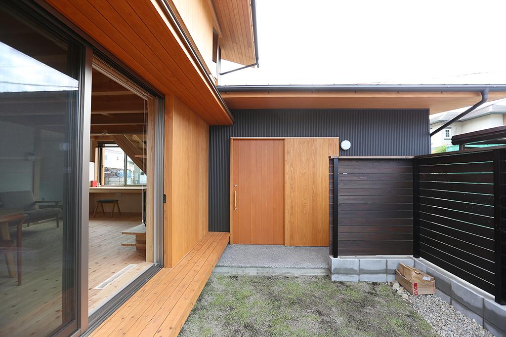 姫路市の木の家 庭から玄関を見る