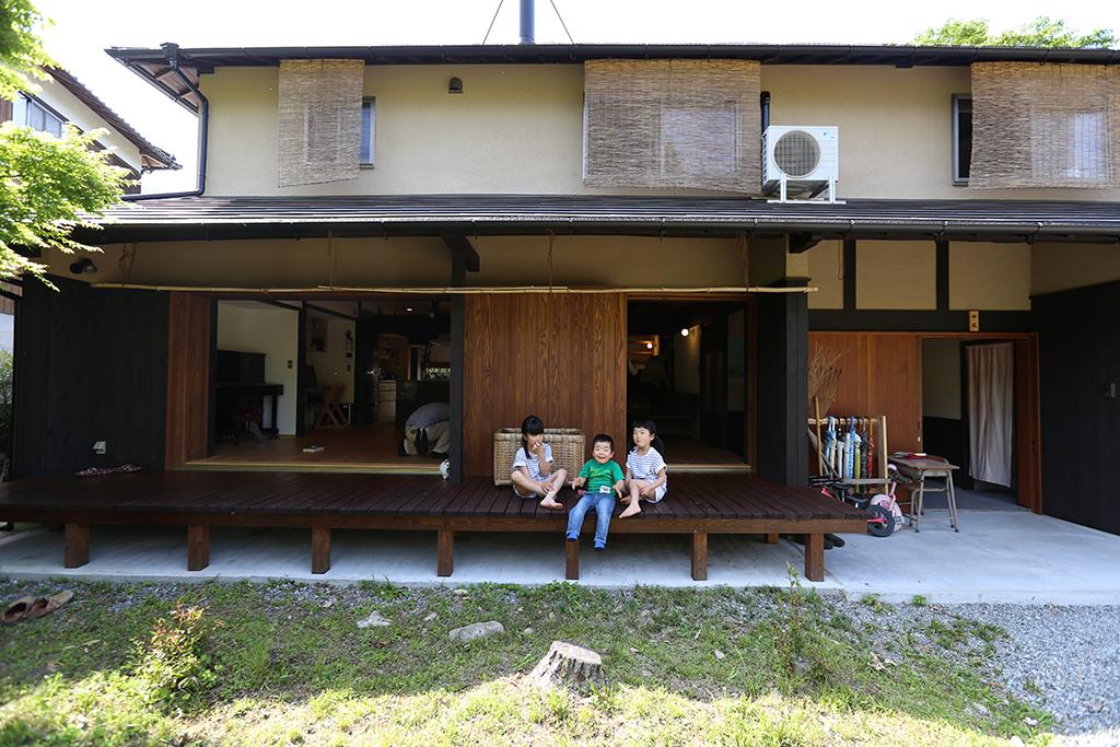 宍粟市の木の家 縁側で涼むお子さんたち