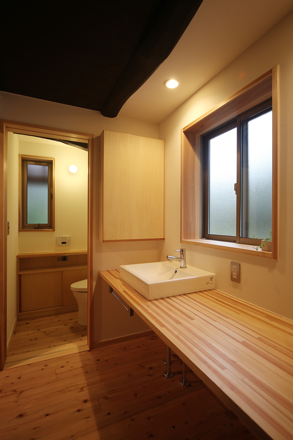 宍粟市の木の家 洗面台とトイレ